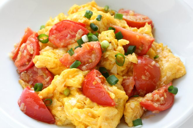 Trứng sốt cà chua là một trong những món ăn bổ mắt đơn giản mà hiệu quả